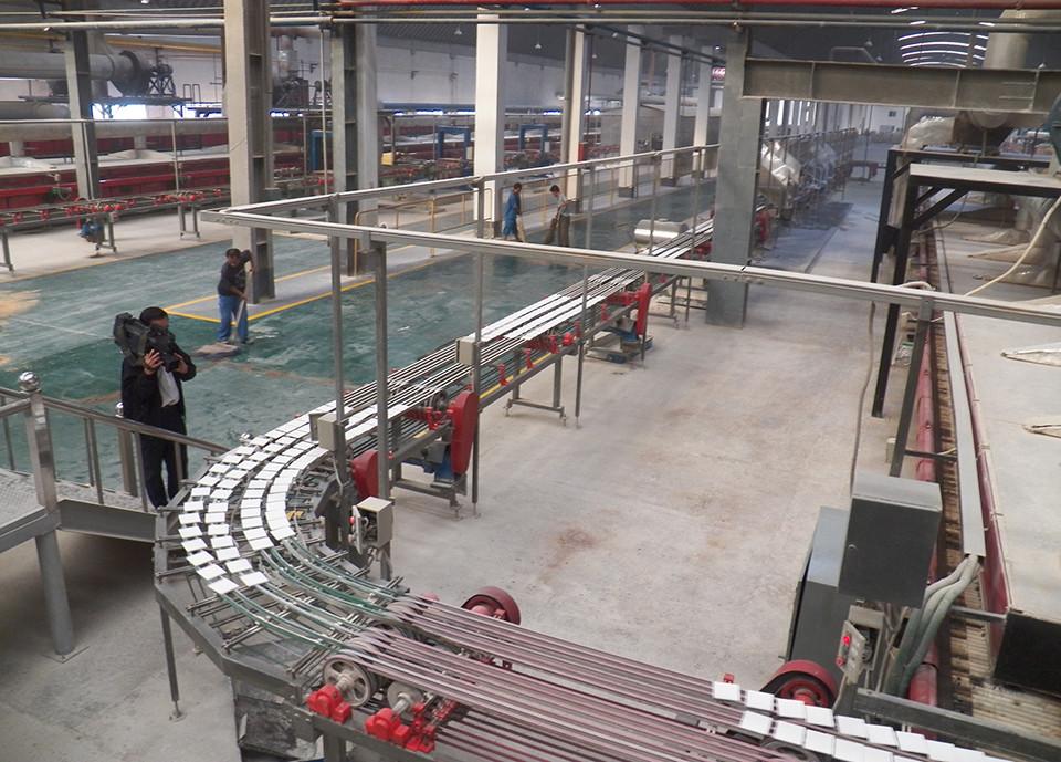 천리마타일공장에서 자동으로 생산된 제품이 컨베어벨트를 통해 이동하고 있다.(사진제공 : 최재영 목사)
