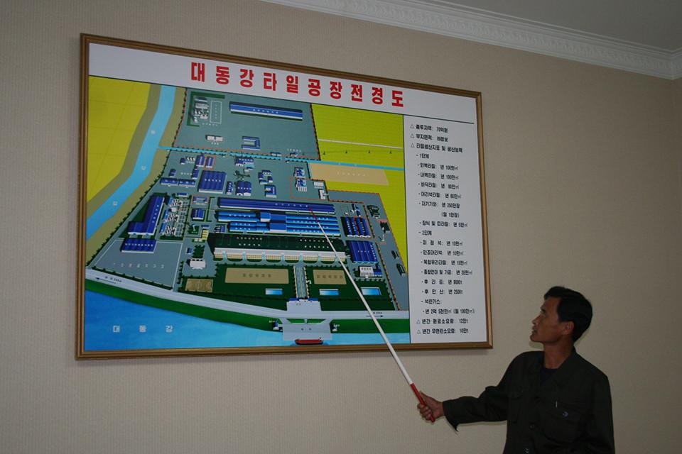 천리마타일공장 브리핑 룸에서 설명하는 윤갑병 부기사장.(사진제공 : 최재영 목사)